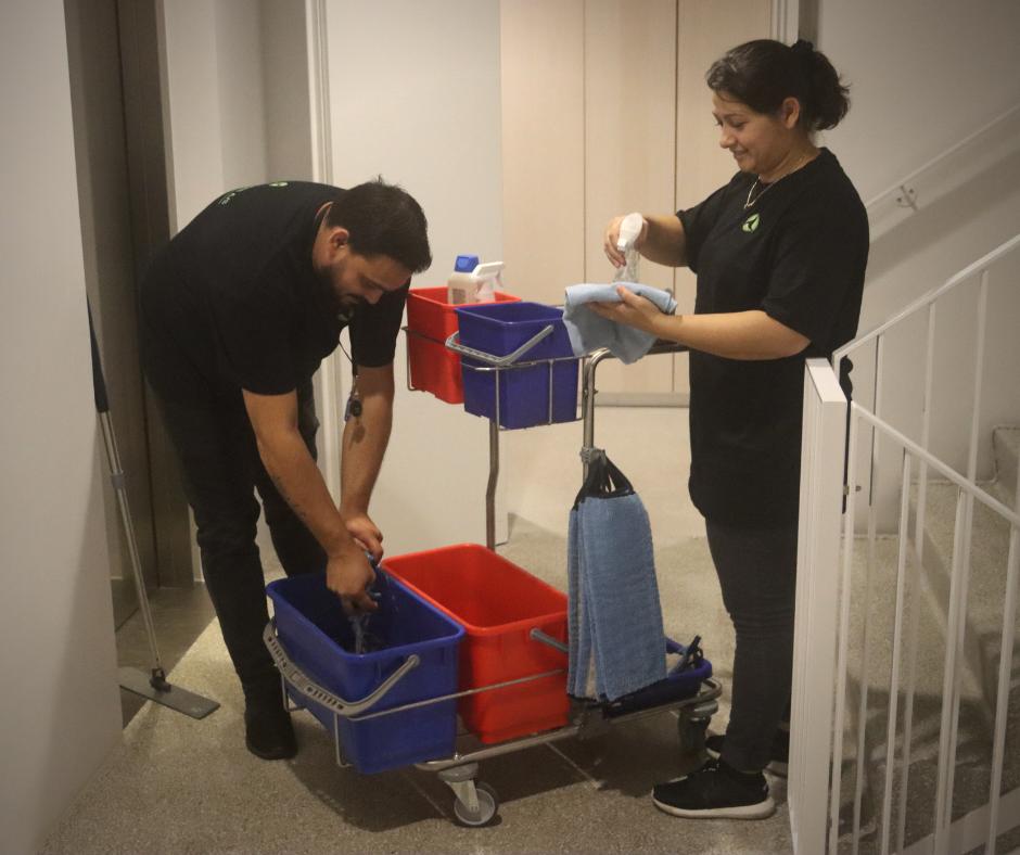 To cas cas rengøringsassistenter i gang med at gøre rent